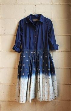 Mörkblå och vit slipsfärgad klänning med färgblock