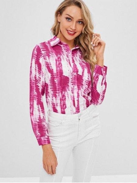 rosa och vit tie-dye långärmad skjorta med knappar och smala jeans