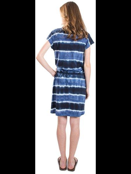 svart och blå tie-dye klänning med en rynkad midja och slip sandaler