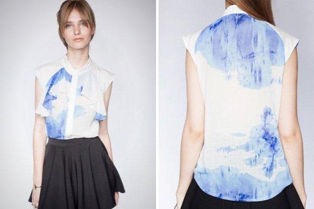 blå och vit slipsskjorta i chiffong med svart minirater kjol