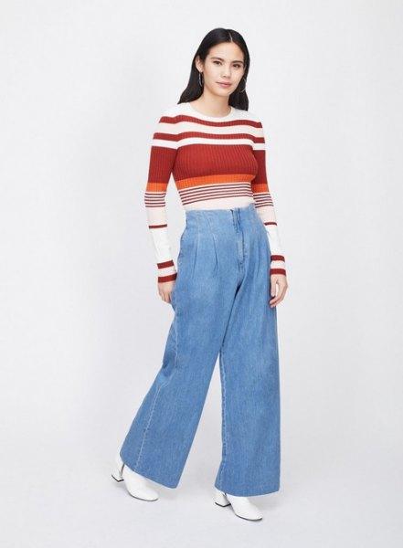 röd och vit färgtröja med ljusblå jeans med vida ben