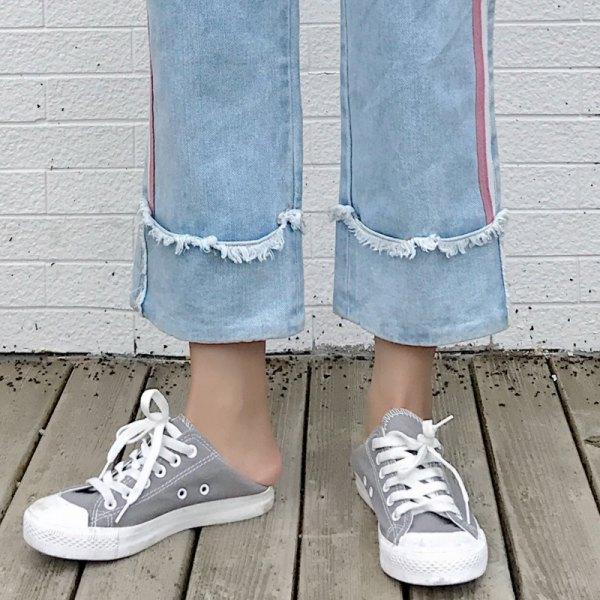 ljusblå, veckade, beskurna jeans med manschetter och grå och vit canvas sneakers
