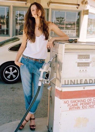 vit linne med blå vikta jeans med muddar