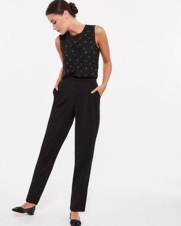 svart linne med smal snitt, veckade ankeljeans