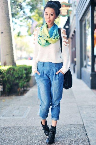 vit tröja med sidenhalsduk och beskurna ljusblå veckade jeans