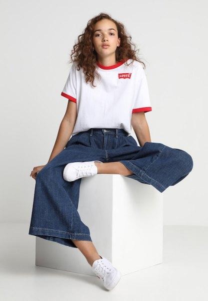 vit t-shirt med blå veckade vida-jeans