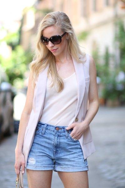 vit chiffonglinne med ljusgrå väst och jeansshorts