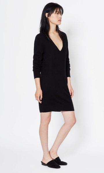 långärmad svart cashmere miniklänning med djup V-ringning