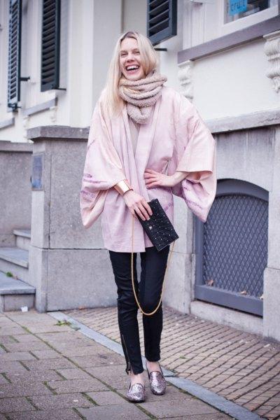Ljusrosa, tjock kofta med svarta läderbyxor och metalliska tofflor