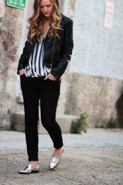 svart casual blazer med vertikalt randig chiffongblus och metalliska tofflor