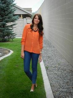 orange skjorta med knappar, blå slim fit jeans och metalliska skor