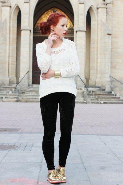vit stickad tröja med svarta supermager jeans