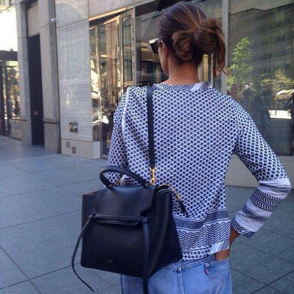 svart och vit kofta med stamtryck, blå jeans och plånbok i mjukt läder