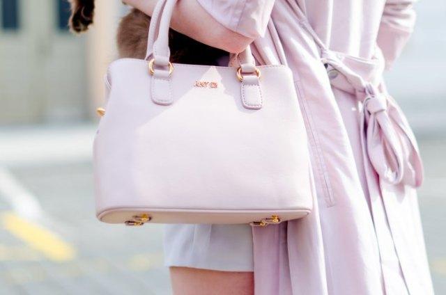 Elfenben långfärgad ullrock med vit handväska i mjukt skinn