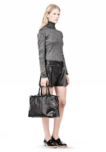 grå tröja med mock hals, shorts och svart handväska i mjukt läder