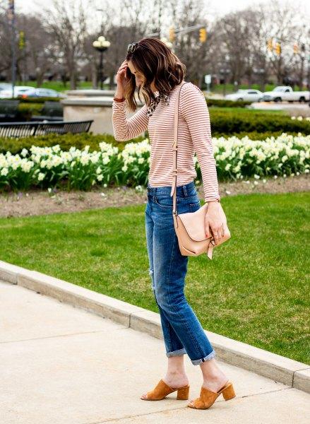 svart och ljusrosa randig långärmad T-shirt med blå-cut slim fit jeans