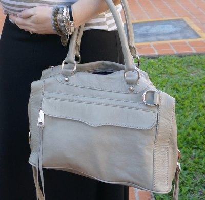 ljusrosa mjuk läderhandväska med grå och vit randig t-shirt