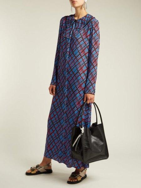 blå och grå rutig maxiklänning med knapplås och svart plånbok i mjukt läder