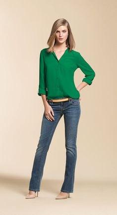 grön chiffongblus med knappar och gråblå, lätt utsvängda jeans