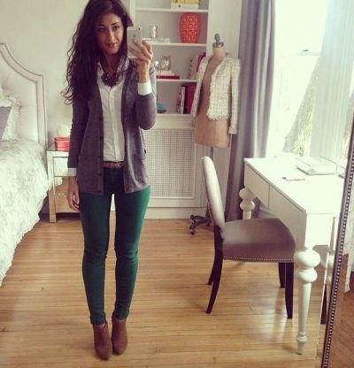 gröna jeans vit knapp vit skjorta grå tröja