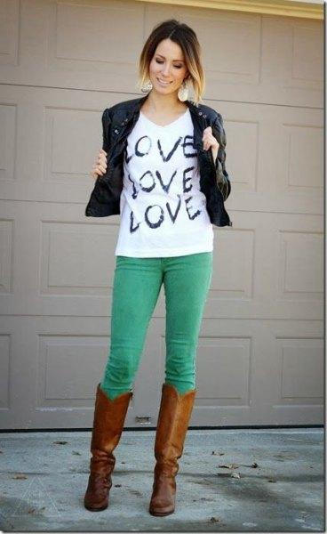vit tryckt t-shirt svart läderjacka
