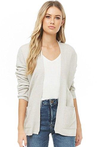 Krämfärgad kofta med T-shirt med V-ringning och blå jeans