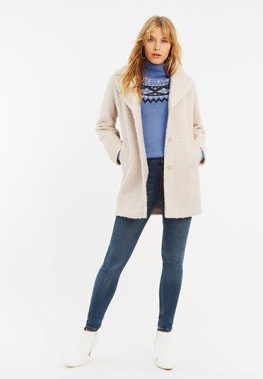 vit fuzzy kofta med himmelsblå tryckt mock-neck tröja