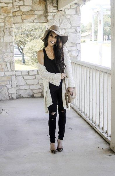svart linne med scoop hals, vit kofta och floppy cap