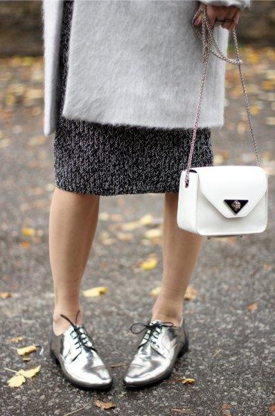 vit ullrock med svart tryckt midi shift klänning och silver kvällskor