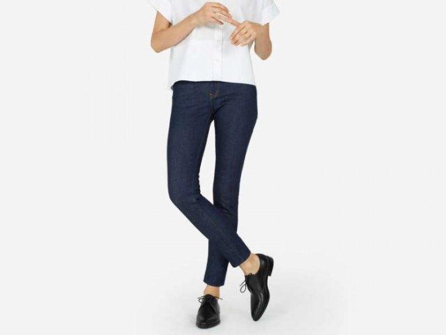 vit kortärmad skjorta med knappar, mörkblå skinny jeans och svarta skor