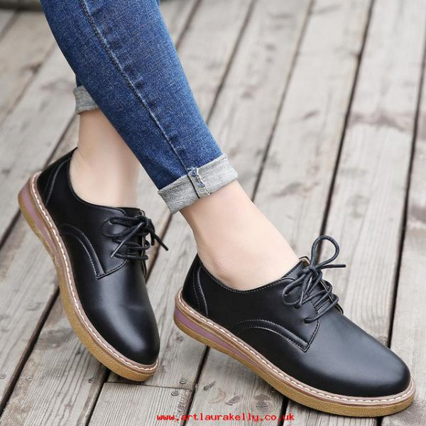 Mörkblå skinny jeans med manschetter och svarta oxfordskor i läder