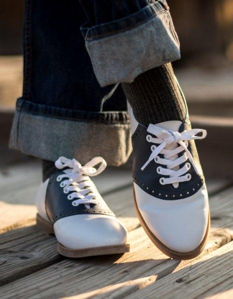 Mörkgrå jeans med raka ben, muddar och svarta och vita Oxford-klädskor