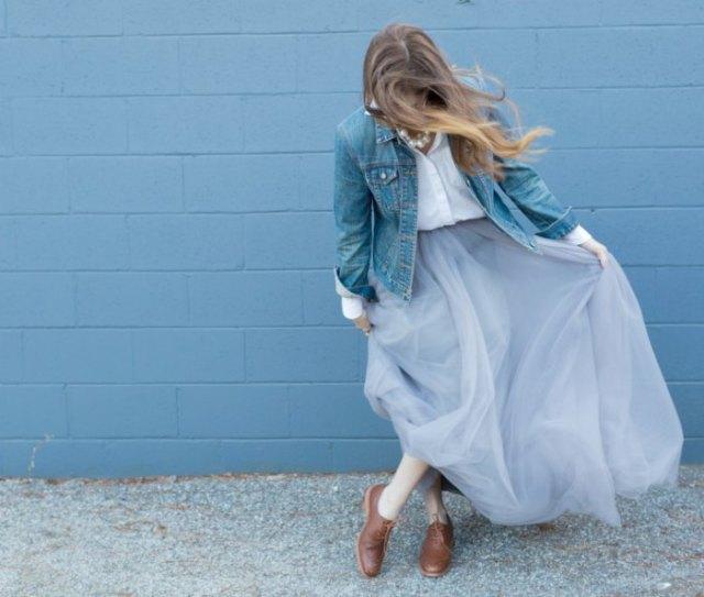 blå jeansjacka med vit skjorta och ljusblå maxikjol i tyll