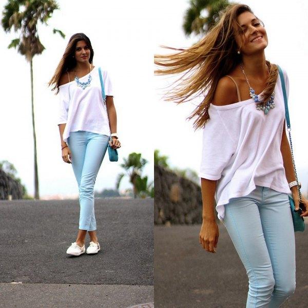 vit kortärmad tröja med en axel och ljusblå manschettbyxor