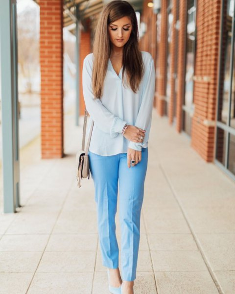 vit chiffongblus med ljusblå, löst klippta byxor