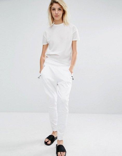 vit t-shirt med matchande byxor och svarta sandaler