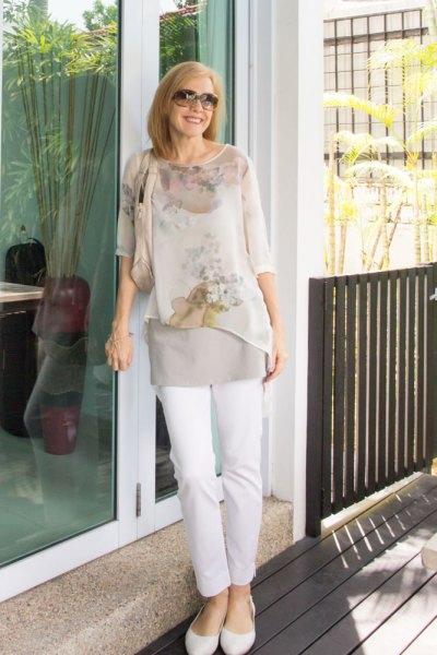 Ljusrosa chiffongblus med blommönster och vita slim fit-jeans