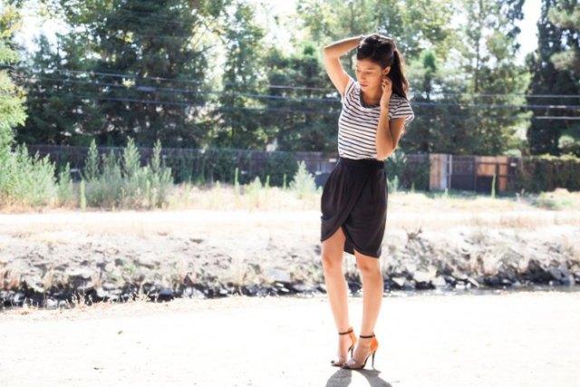 svart minikjol med randig kortärmad T-shirt