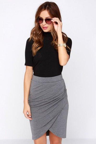 svart t-shirt med grå minikjol
