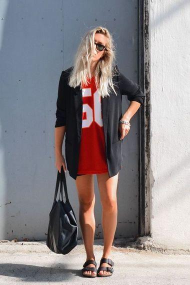svart birkenstocks röd klänning