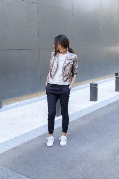 silver kavaj med svarta, beskurna jogger jeans och vita sneakers