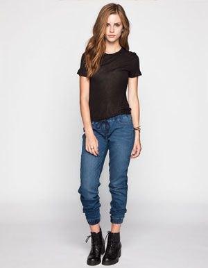 svart t-shirt med förkortade mörkblå joggerjeans