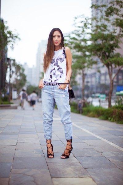 vit t-shirt med ärmlöst tryck och joggerjeans