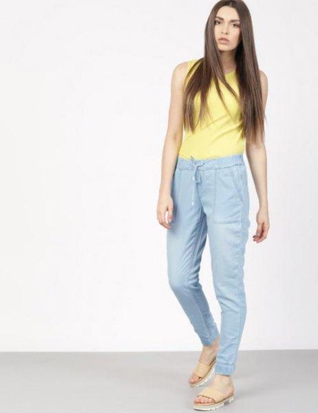 gul ärmlös topp med blå byxor med hög midja