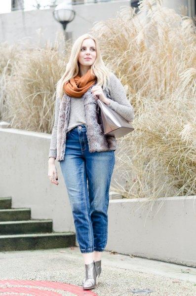 Jeansjacka med grön halsduk och korta blå jeans