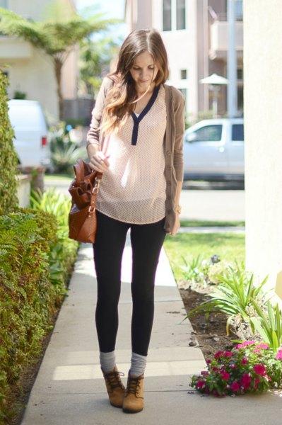 grå tröja med vit chiffongblus och smala jeans