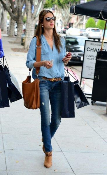 Ljusblå skjorta med knappar, jeans med bälte och ljusbruna stövlar