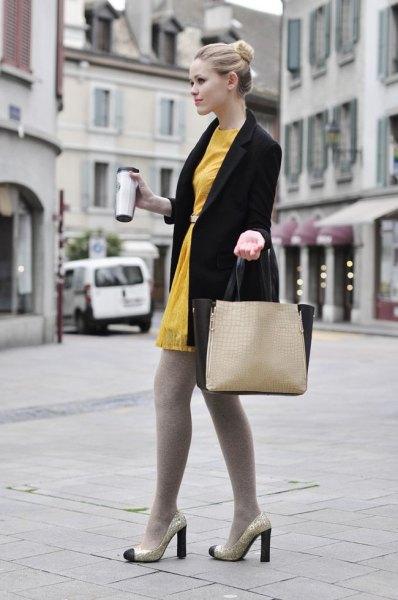 svart lång kavaj med senapsgul tunikaklänning och leggings