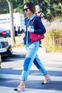 Mörkblå stickad tröja med patch pojkvän jeans och cap toe skor