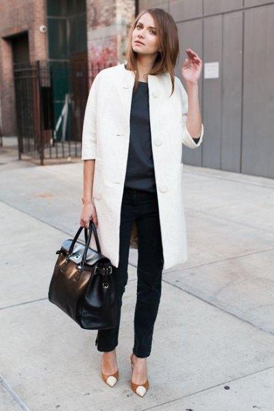 vit lång ullrock med svarta chinos och röda tåklackar